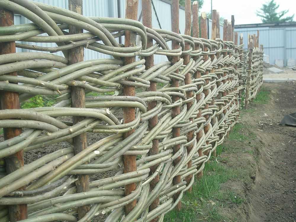 Как сделать забор плетень своими руками: инструкция (70+ фото)