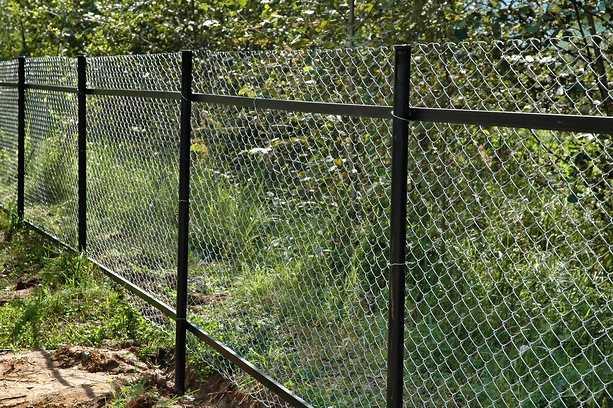 Забор из сетки рабицы своими руками – установка столбов, крепление и натяжка сетки на ограждение + фото-видео