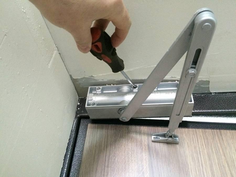 Установка доводчика на дверь: нюансы монтажа, варианты установки, настройка + фото