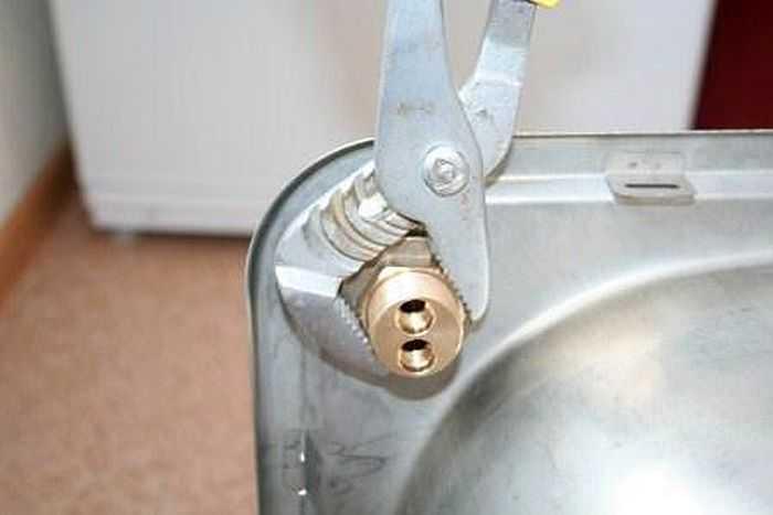 Как поменять смеситель на кухне своими руками: пошаговая инструкция по замене сантехнического оборудования