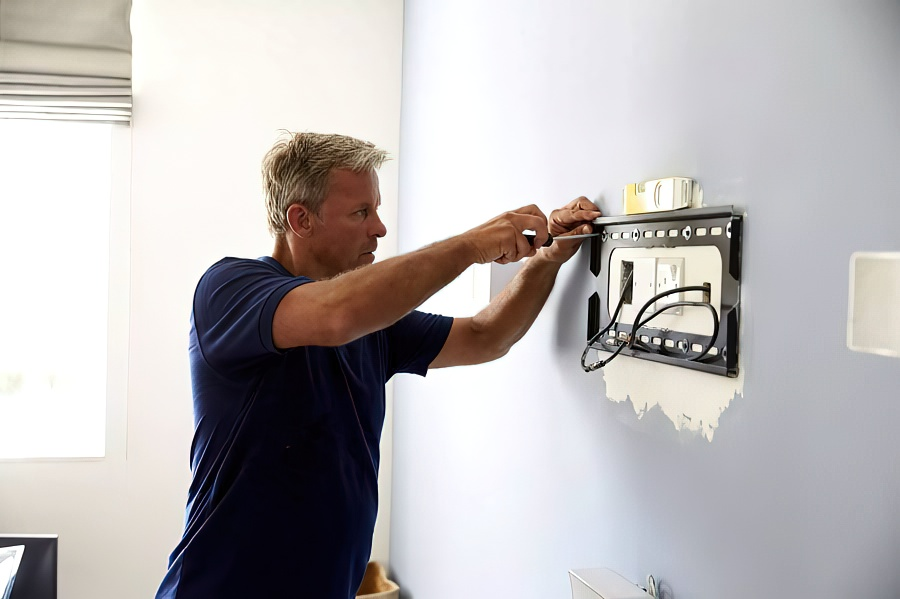 Как правильно повесить телевизор на стену с кронштейном и без своими руками
