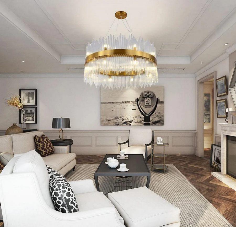 Круглая золотая люстра в светлой гостиной