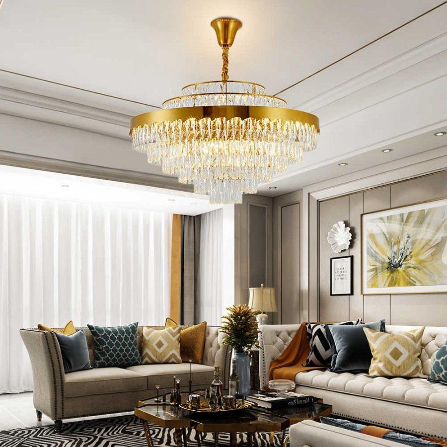 Круглая золотая потолочная люстра в светлой гостиной