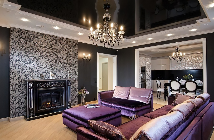 Классическая подвесная люстра в темной гостиной с глянцевым потолком