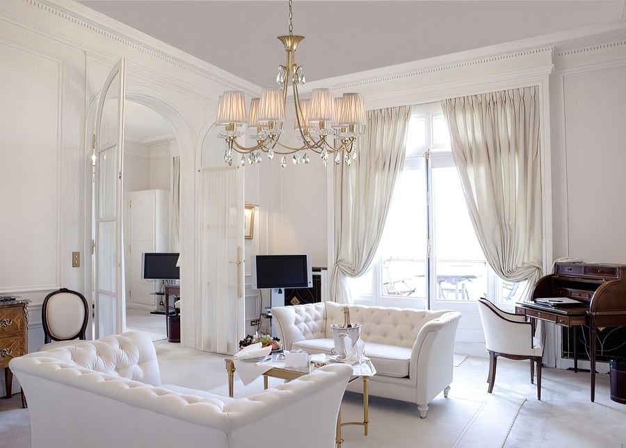 Люстра с плафонами направленными вверх в светлой гостиной