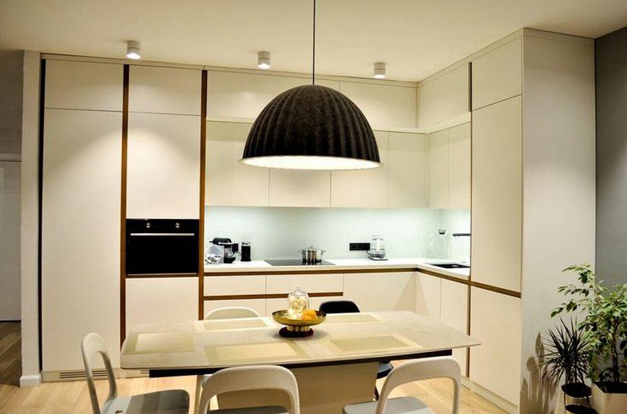 Минималистичный одноламповый акцентный светильник в современной гостиной