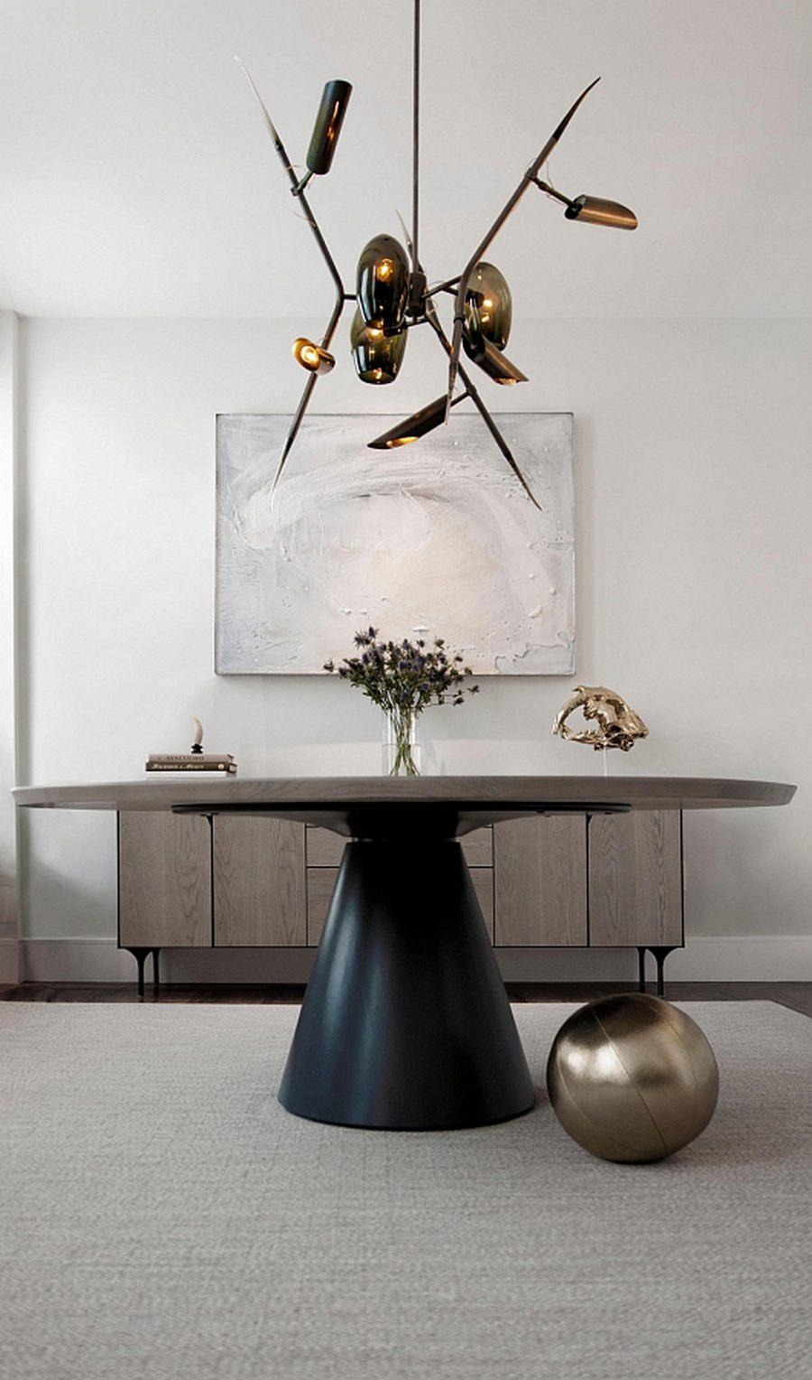 Дизайнерская люстра как единственный яркий акцент в минималистичной гостиной