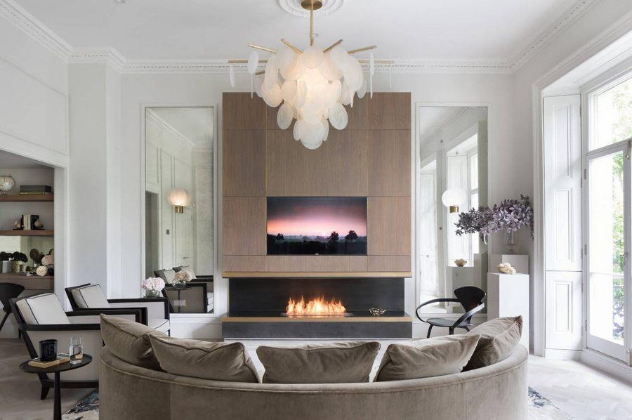 Дизайнерская ассиметричная люстра в большой гостиной с высоким потолком