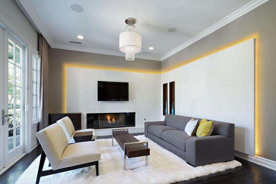 Потолочная люстра в серой гостиной с натяжным потолком